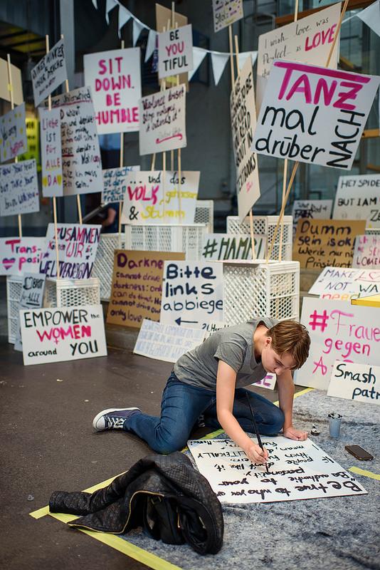 Ein Teilnehmer der TINCON Hamburg 2018 bemalt ein Schild