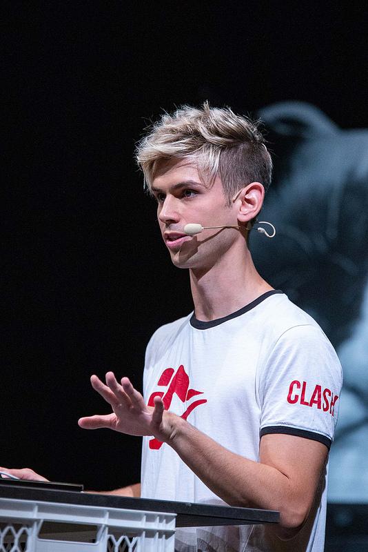 Der YouTuber kostaskind hält einen Vortrag auf der TINCON Hamburg 2018