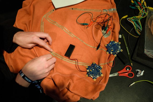 Vorschaubild zur Session 'Fashion Tech - Programmier deine Kleidung!'