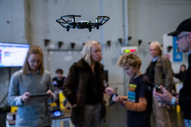 TINCON - teenageinternetwork convention - Das Festival für digitale Jugendkultur, die Gesellschaftskonferenz für Jugendliche von 13 bis 21 Jahren am 20. September 2019 auf Kampnagel in Hamburg.Drone me up. Drohnenflug - Schnitt - RechtWorkshop mit Staats- und Universitätsbibliothek Hamburg und HOOU.