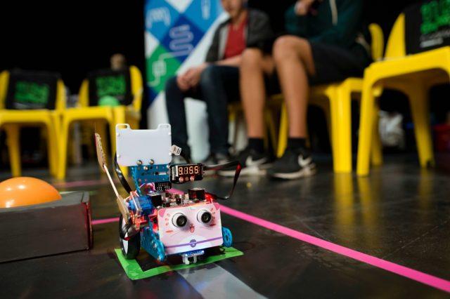 Ein selbstgebauter Roboter fährt am 27.05.2016 in der Hacking Area auf der TINCON im Haus der Berliner Festspiele in Berlin. – Das erste Festival für digitale Jugendkultur \\\\\\\