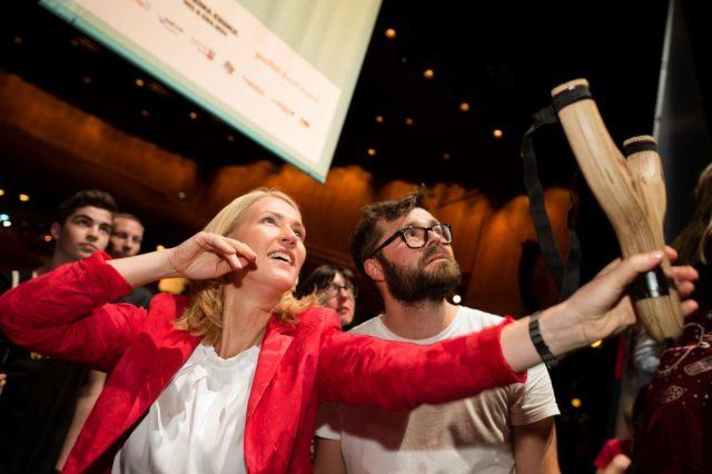 Bundesfamilienministerin Manuela Schwesig (SPD) probiert am 27.05.2016 auf der TINCON im Haus der Berliner Festspiele in Berlin eine digitale Schleuder aus. – Das erste Festival für digitale Jugendkultur \\\\\\\