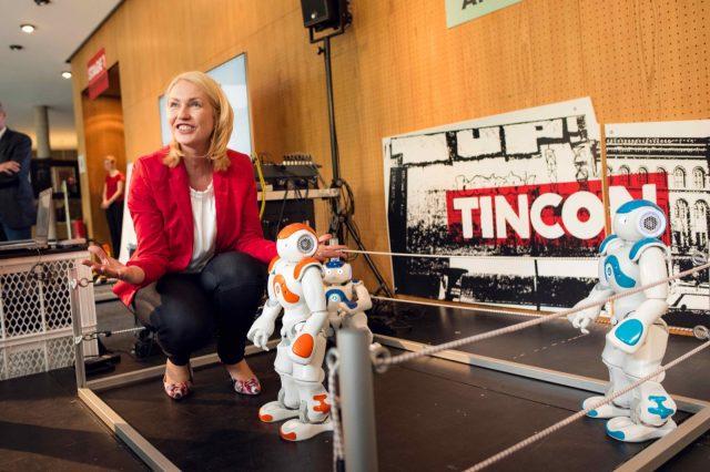 Bundesfamilienministerin Manuela Schwesig (SPD) hockt am 27.05.2016 neben sprechenden Robotern auf der TINCON im Haus der Berliner Festspiele in Berlin. – Das erste Festival für digitale Jugendkultur \\\\\\\