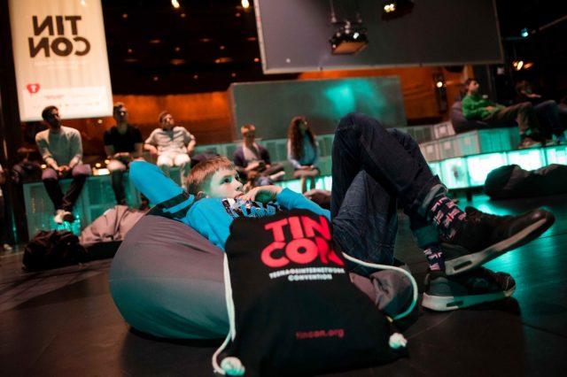 Ein Jugendlicher sitzt am 27.05.2016 auf der Blackstage der TINCON im Haus der Berliner Festspiele in Berlin. – Das erste Festival für digitale Jugendkultur \\\\\\\