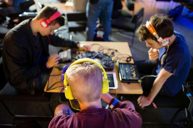 Jugendliche probieren am 28.05.2016 auf der TINCON im Haus der Berliner Festspiele in Berlin, das Musikmachen auf dem Tablet aus. – Das erste Festival für digitale Jugendkultur \\\\\\\