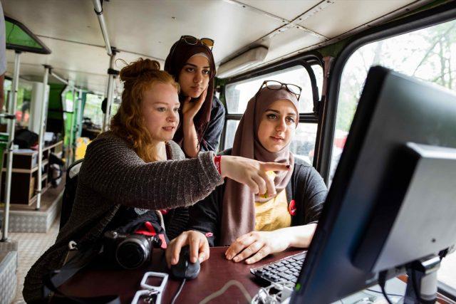 Besucherinnen sitzen am 28.05.2016 im Fab Mobil der TINCON im Haus der Berliner Festspiele in Berlin. – Das erste Festival für digitale Jugendkultur \\\\\\\