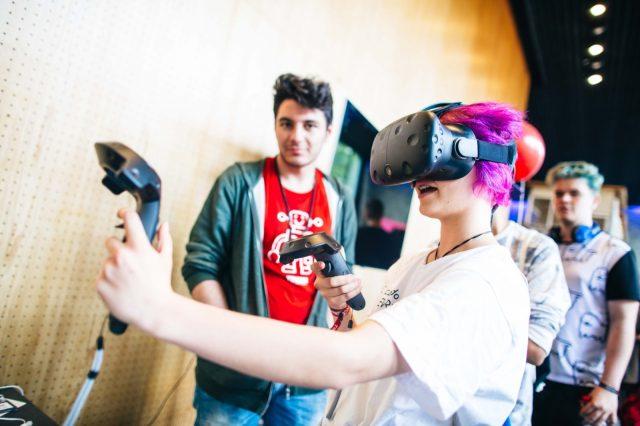 Eine Besucherin am 27.05.2016 beim Testen einer Virtual Reality Brille auf der TINCON im Haus der Berliner Festspiele in Berlin. – Das erste Festival für digitale Jugendkultur \\\\\\\