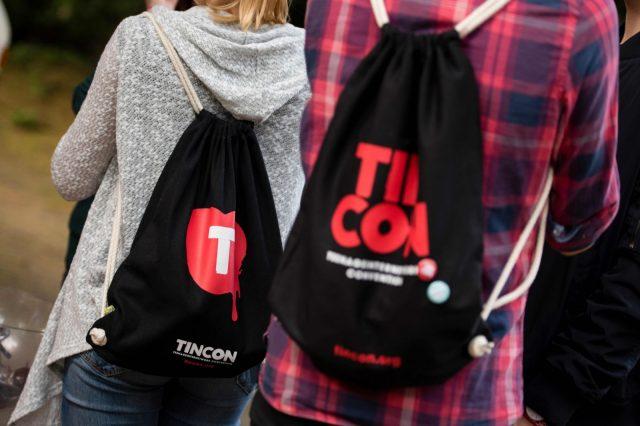 Besucher tragen am 28.05.2016 auf der TINCON im Haus der Berliner Festspiele in Berlin Tincon-Rucksäcke. – Das erste Festival für digitale Jugendkultur \\\\\\\