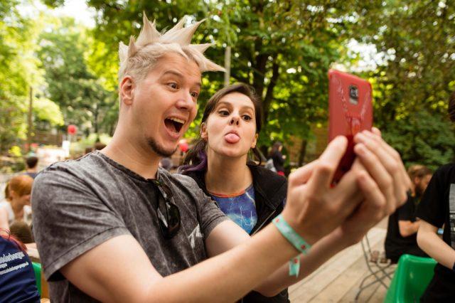 Besucher machen am 28.05.2016 Selfies mit der Youtuberin coldmirror auf der TINCON im Haus der Berliner Festspiele in Berlin. – Das erste Festival für digitale Jugendkultur \\\\\\\