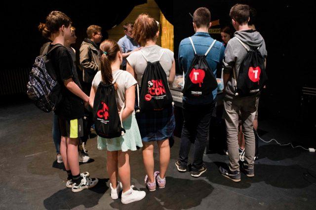 Jugendliche stehen am 28.05.2016 in der Hacking Area auf der TINCON im Haus der Berliner Festspiele in Berlin um ein Projekt herum. – Das erste Festival für digitale Jugendkultur \\\\\\\