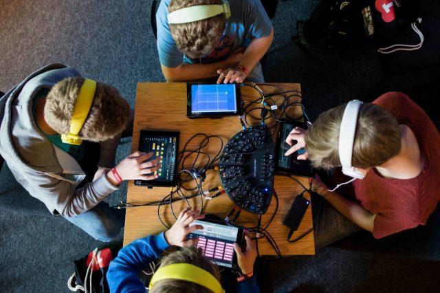 Jugendliche machen am 28.05.2016 auf der TINCON im Haus der Berliner Festspiele in Berlin gemeinsam Musik auf iPads. – Das erste Festival für digitale Jugendkultur \\\\\\\