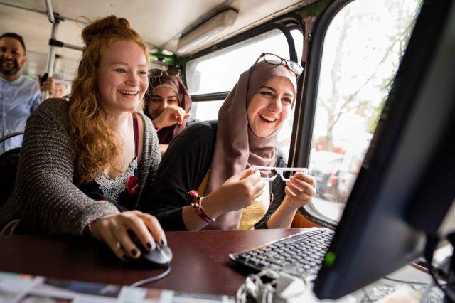 Jugendliche entwerfen am 28.05.2016 auf der TINCON im Haus der Berliner Festspiele in Berlin eine Brille im Fab Mobil. – Das erste Festival für digitale Jugendkultur \\\\\\\