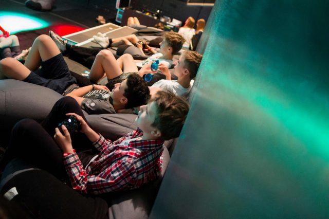Jugendliche spielen am 29.05.2016 auf der TINCON im Haus der Berliner Festspiele in Berlin. – Das erste Festival für digitale Jugendkultur \\\\\\\