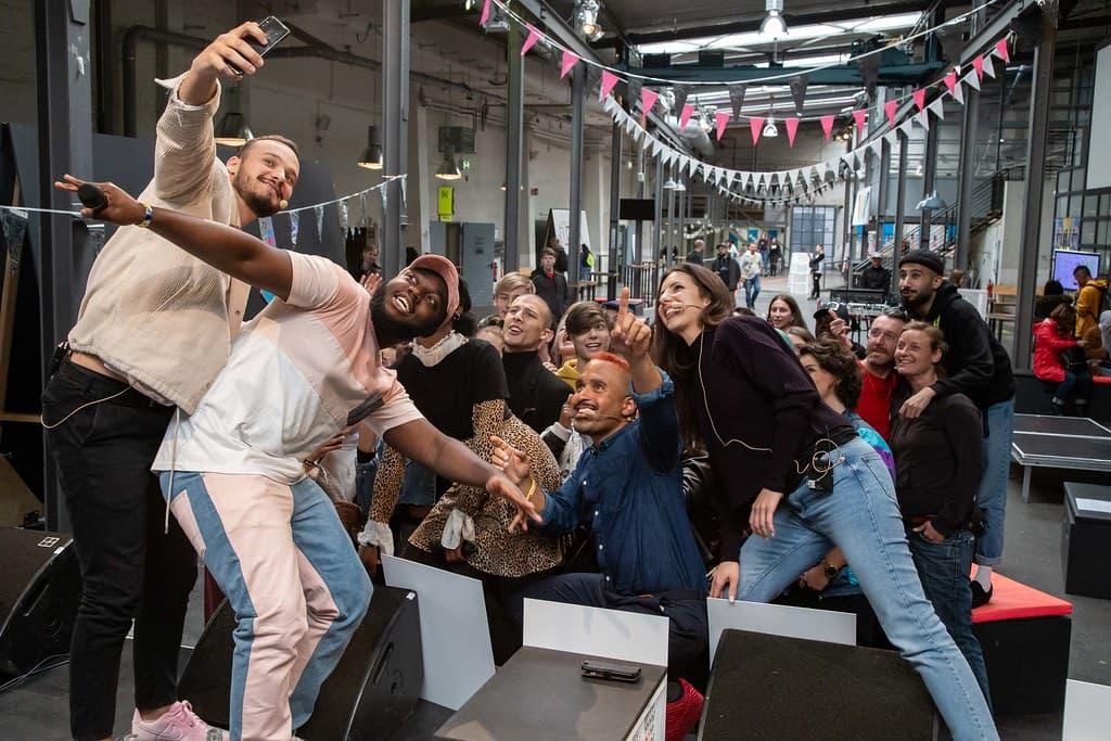 Eine Gruppe Menschen macht ein Selfie mit einem Smartphone
