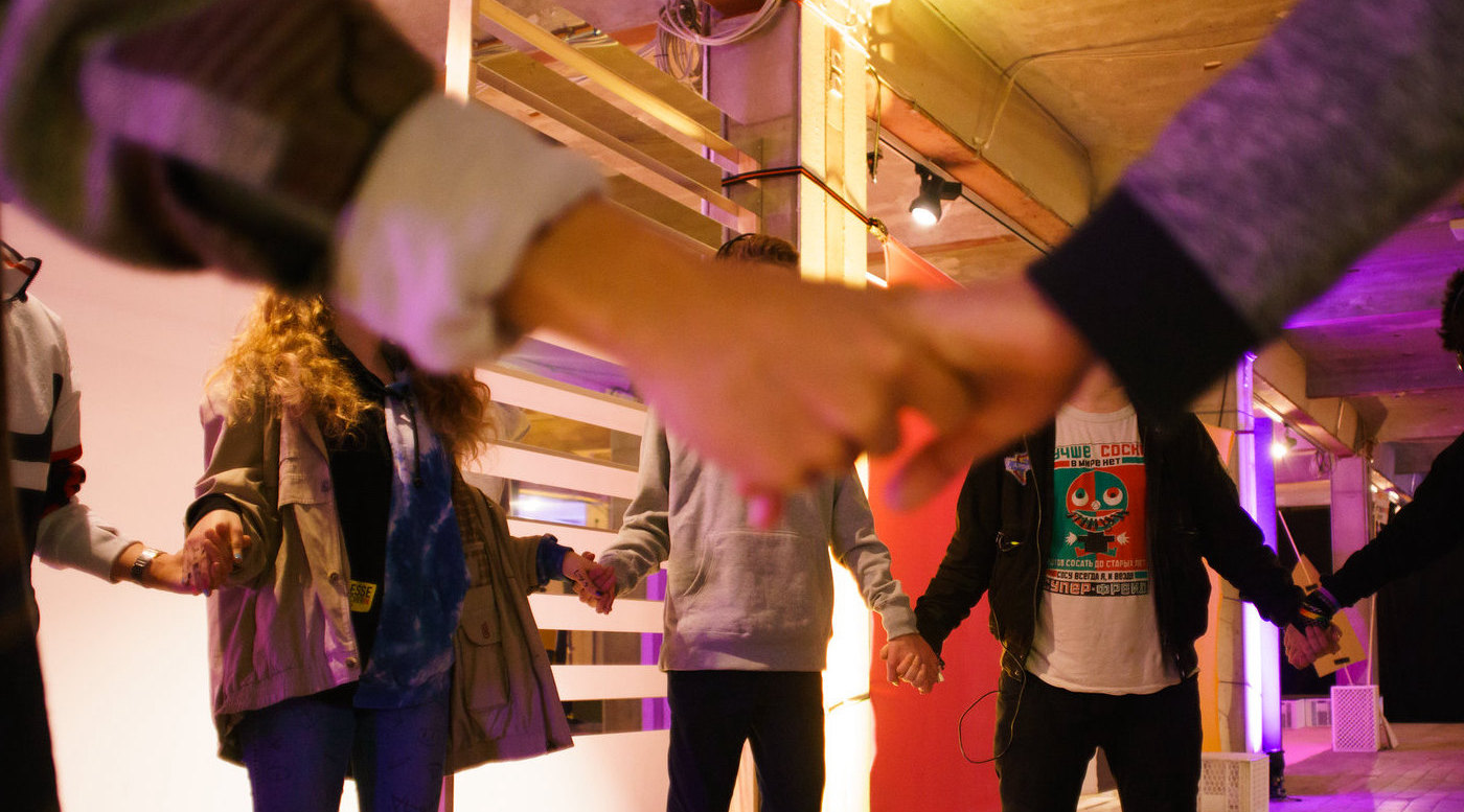 Jugendliche halten sich an den Händen