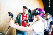 """Eine Besucherin am 27.05.2016 beim Testen einer Virtual Reality Brille auf der TINCON im Haus der Berliner Festspiele in Berlin. –  Das erste Festival für digitale Jugendkultur """"TINCON - teenageinternetwork convention"""" findet vom 27. bis 29. Mai zum ersten Mal in Berlin statt und richtet sich exklusiv an Jugendliche und junge Erwachsene zwischen 13 und 21 Jahren. Foto: TINCON/VIKTOR SCHANZ."""